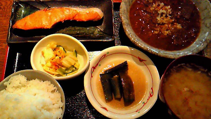 焼鮭とモツ煮定食